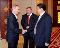 A fotón a tartományi pártbizottság állandó bizottságának elnöke, tartományi kormányzó helyettes Zhao Shucong és a magyar Mezőgazdasági és Vidékfejlesztési Minisztérium államtitkára Czerván György baráti kézfogása látható (Fotó: (Yu Aimin)