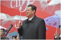 Zhu Xianfa, a Tartományi Népi Gyűlés elnökhelyettese bejelenti a II. Kínai Nemzetközi Toll- és Pehelyfesztivál megnyitását